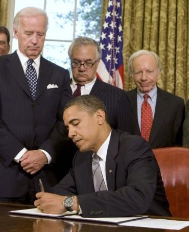 2009_06_17_obama_signs_memo