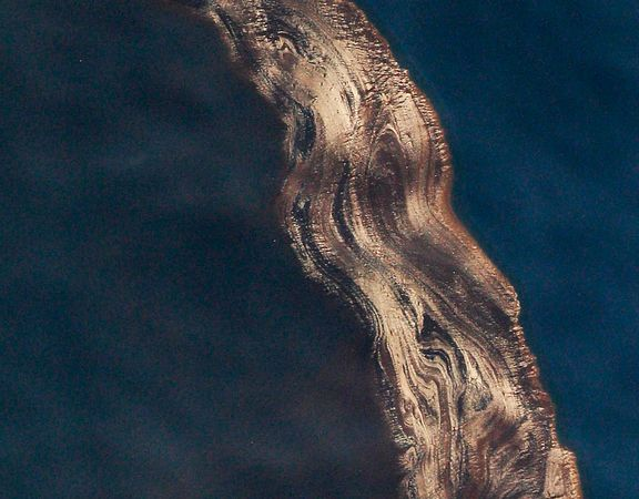 Oil-rig-spill-river-of-oil_19691_600x450