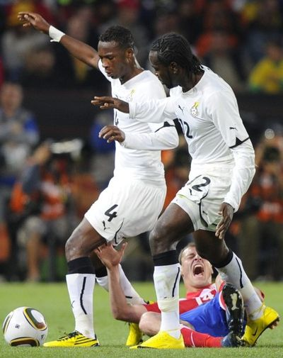 Ghana's defender John Paintsil (L) and striker Prince Tagoe (R)