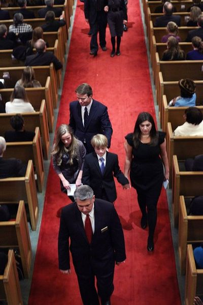 2010_12_11_edwards_funeral2
